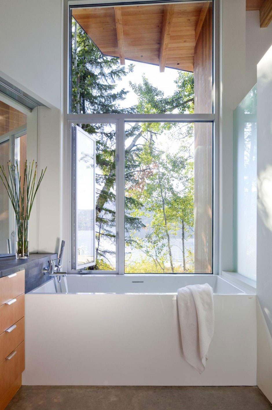 Mminimalist Bathrooms of Shuswap Cabin by Splyce Design