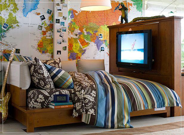 Adventurer Atmosphere Teen Boys Room with Map Wallpaper