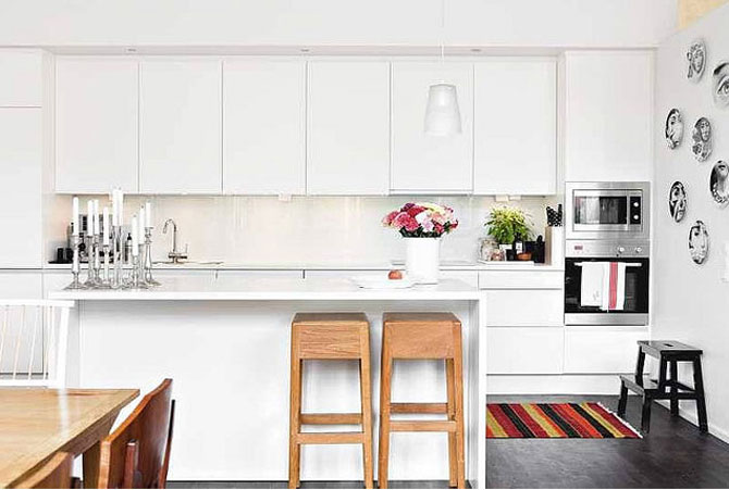 Beautiful white modern kitchen with colorful accessories for Beautiful modern white kitchens