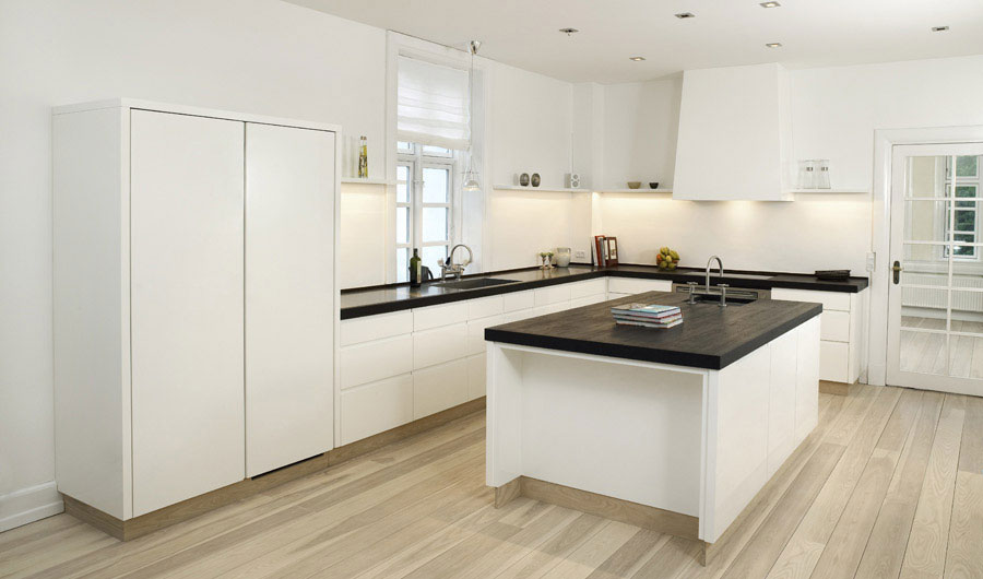 High gloss white kitchen with table in the middle for Kitchen designs high gloss