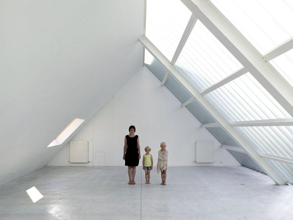 Streetscape home in belgium architecture design ideas for Glass roof design