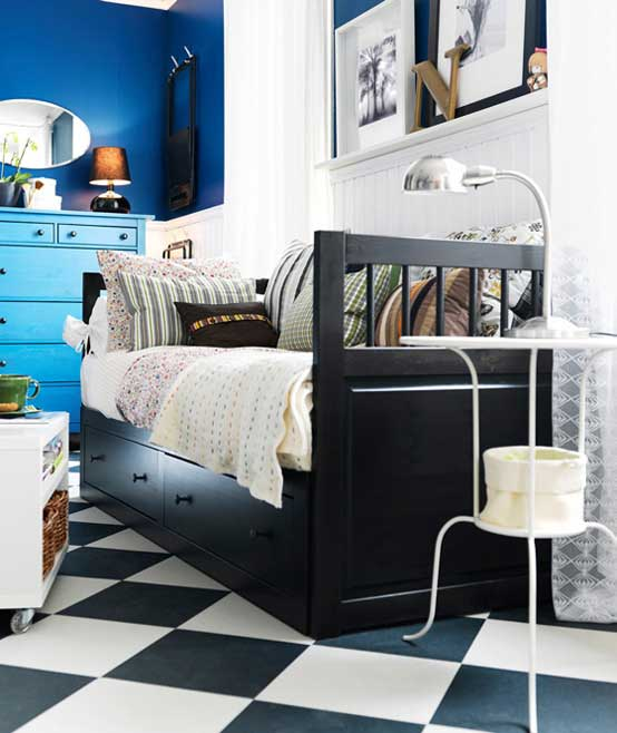 Simple Modern Ideas For Small Living Rooms To Fool The Eyes: White And Blue Badroom With Chess Floor Decor