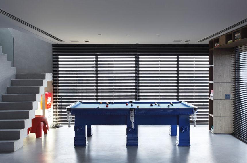 Cool Blue Pool Table In Apartment Interior Design Ideas