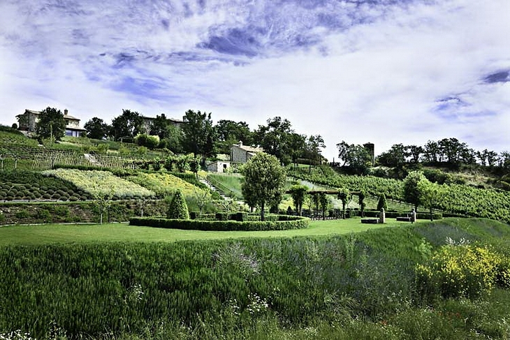 Fresh and Beautiful Villa Garden Design