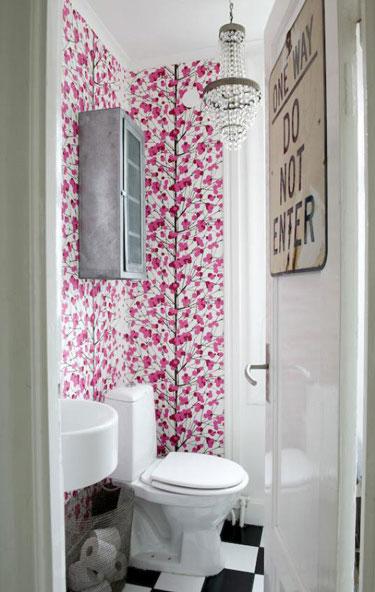 Mninimalist Small Bathroom with Flower Wall Decor