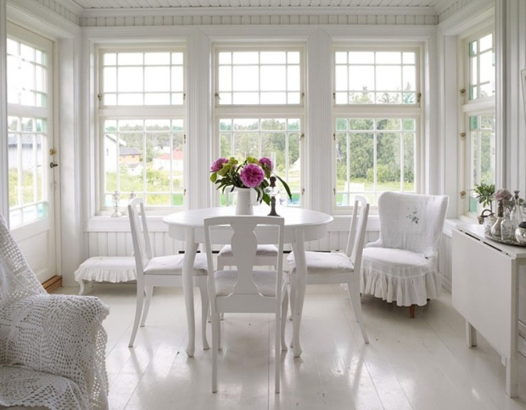 Romantic White Dining Room with Beatuiful Flower Decor - Interior ...
