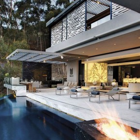 Luxurious Pool Cutting Edge Residence with Pool Chairs