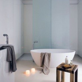 Minimalist Bathtub Design with Aromatherapy Candles