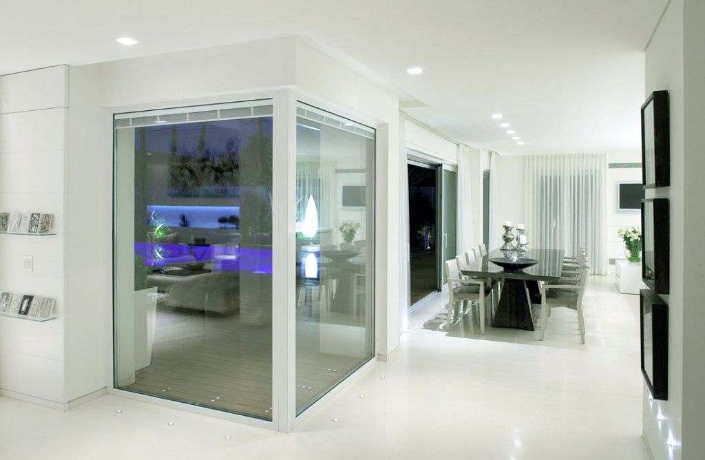 Beautiful room with glass partition panels screens - Residence sea shell par lanciano design homedsgn ...