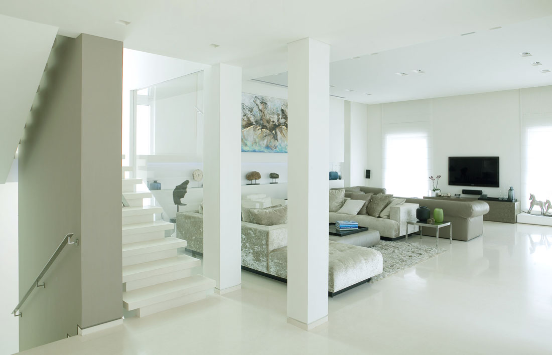 Clean white living room wit lcd tv interior design ideas for Clean interior design