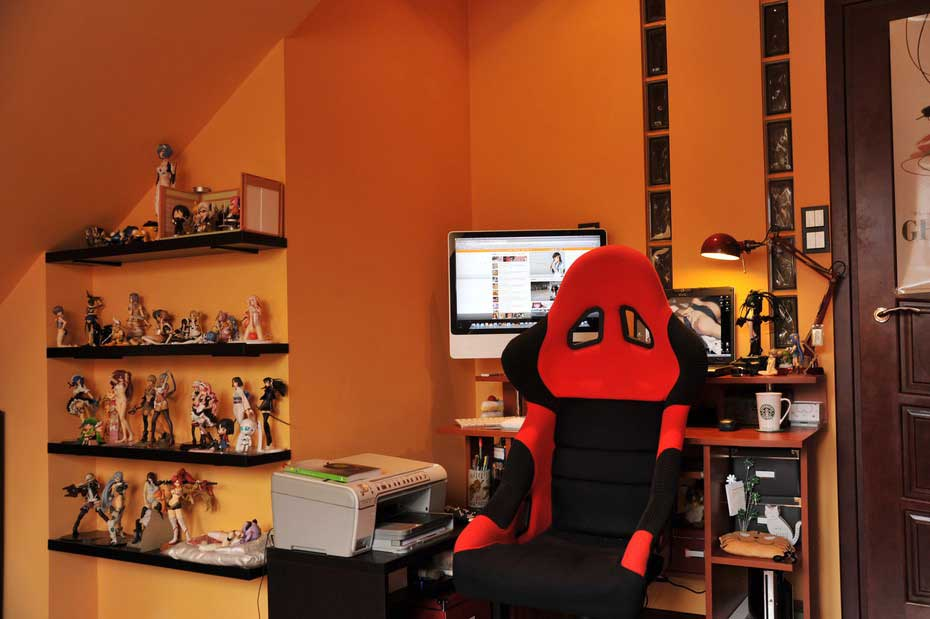 Comic Figurine Colletor Workspace with Orange Colors