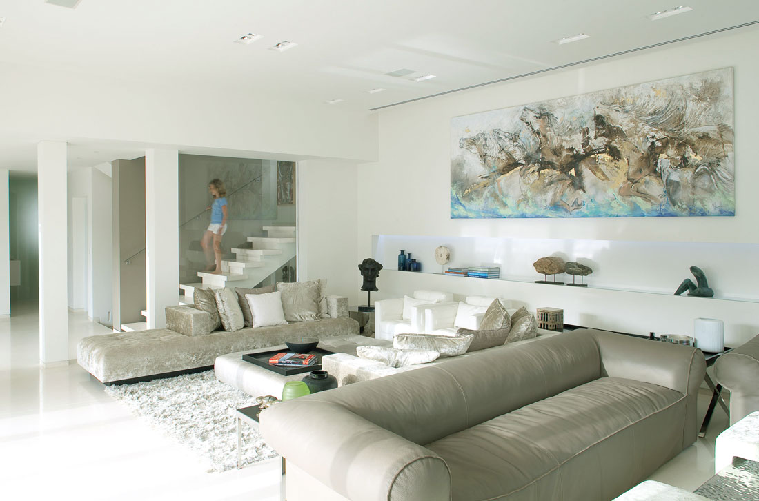 Living area with perfect painting horse wall interior - Residence sea shell par lanciano design homedsgn ...