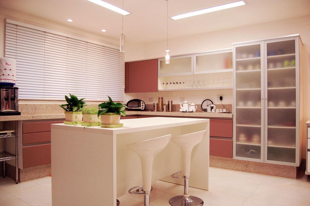 Miniamalist Cream Kitchen with White Kitchen Island Ideas