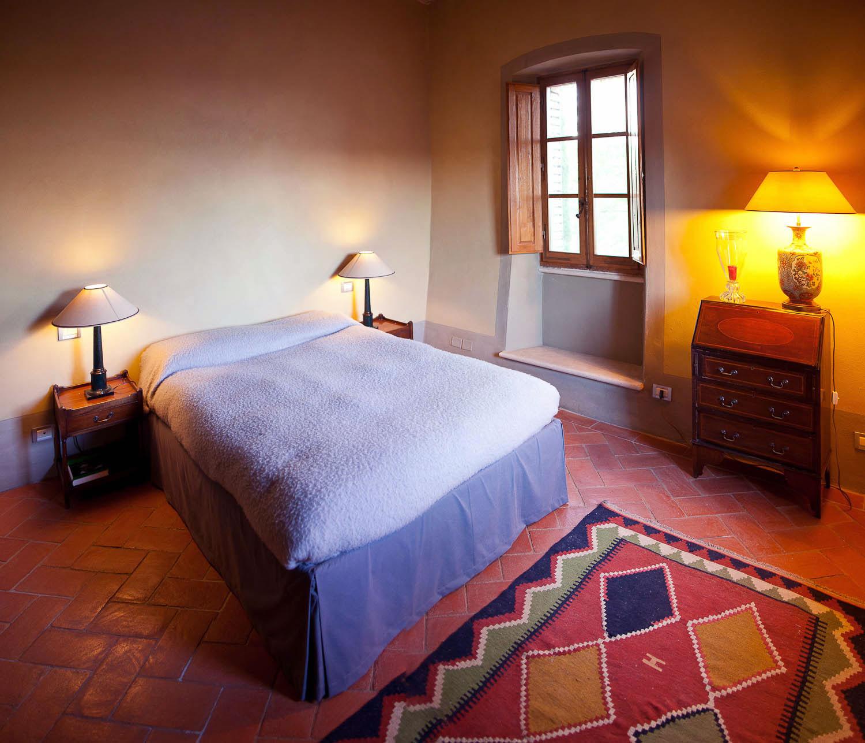 Elegant villa bedroom with table lamps ideas interior for Villa maria interior design