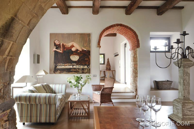 Italian living room decor with romanesque features for Italian villa decorating ideas