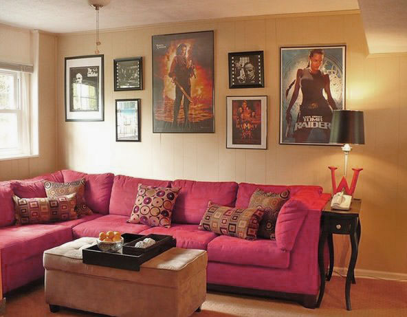 Small Movie Room Ideas: Small Movie Room Design With Pink Sofa And Movie Posters