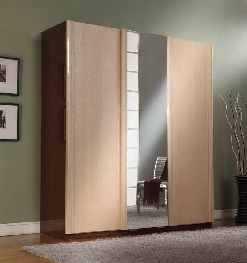 Sliding Closet Doors & Carpets in a Bedroom - Bedroom Design ...