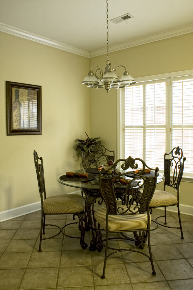 Small dining room decor interior design ideas for Small dining room decorating ideas pictures